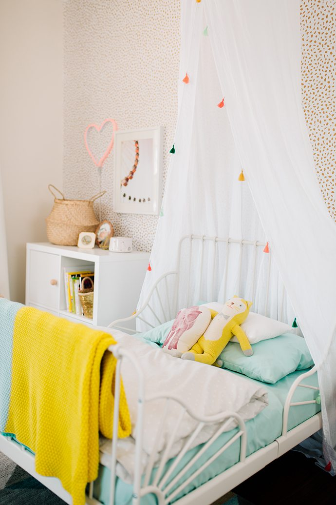 Child's net canopy with tassels